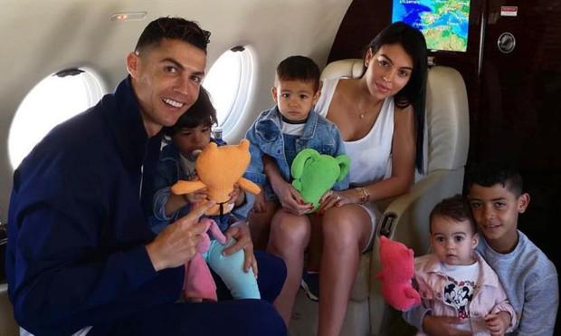 Hai cô con gái rượu của Ronaldo khiến dân mạng rụng tim bởi khoảnh khắc yêu thương nhau cực kỳ tình cảm - Ảnh 3.