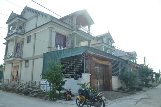 Đằng sau những căn nhà bạc tỷ ở làng xuất khẩu lao động Hà Tĩnh: Nước mắt, trốn chạy, và những phận người nằm lại nơi xứ xa - Ảnh 4.