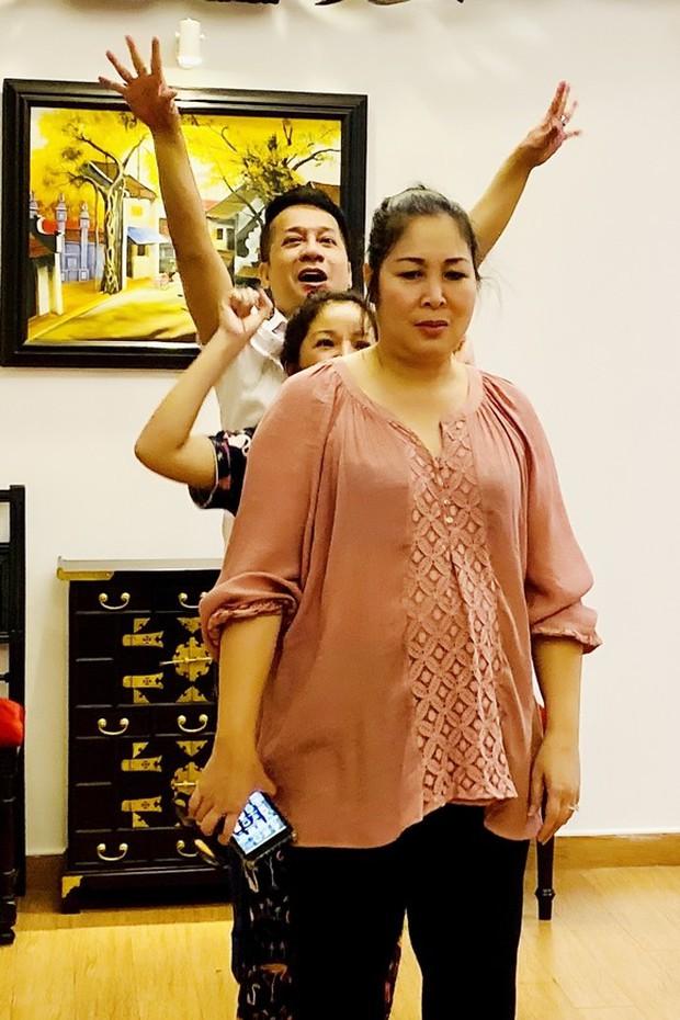Đang say sưa bà tám, nghệ sĩ Hồng Vân té lăn vì chiếc ghế phản chủ khiến hội nghệ sĩ cười bò - Ảnh 2.