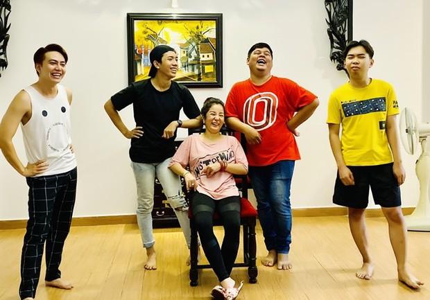 Đang say sưa bà tám, nghệ sĩ Hồng Vân té lăn vì chiếc ghế phản chủ khiến hội nghệ sĩ cười bò - Ảnh 5.