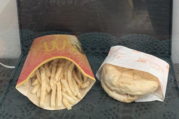 Suất ăn nhanh McDonald cuối cùng của Iceland được trưng bày tủ kính như tác phẩm nghệ thuật, 10 năm rồi vẫn chưa bị phân hủy - Ảnh 1.