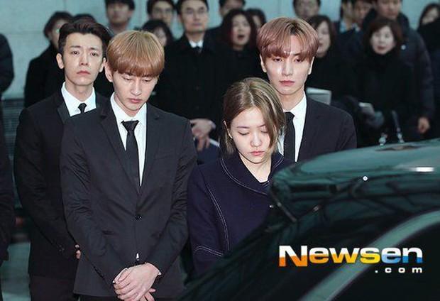 Yeri bất ngờ bình luận dưới ảnh của cố nghệ sĩ Jonghyun 4 năm trước, netizen vừa xúc động vừa hoang mang tột độ - Ảnh 6.