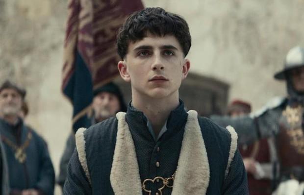 Timothée Chalamet đẹp xỉu nhưng diễn xuất như lên đồng ở The King - Ảnh 2.