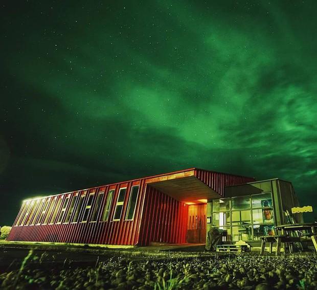 Suất ăn nhanh McDonald cuối cùng của Iceland được trưng bày tủ kính như tác phẩm nghệ thuật, 10 năm rồi vẫn chưa bị phân hủy - Ảnh 3.