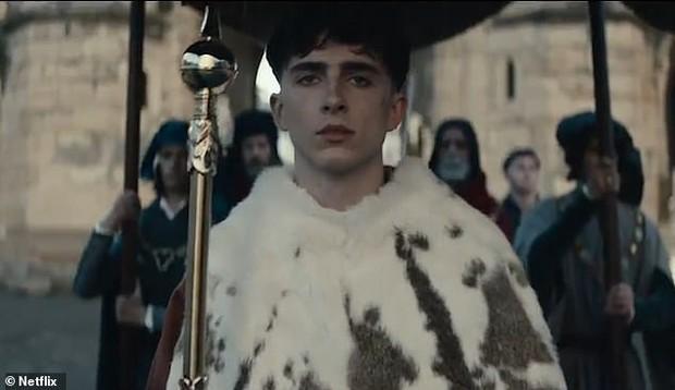 Timothée Chalamet đẹp xỉu nhưng diễn xuất như lên đồng ở The King - Ảnh 5.