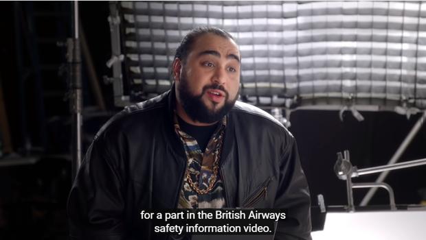 Video hài hước hướng dẫn an toàn trên máy bay cực ăn khách với sự góp mặt của những ngôi sao nổi tiếng đến từ xứ sở sương mù - Ảnh 2.