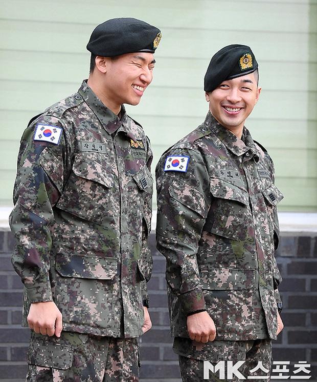 Taeyang và Daesung (BIGBANG) chính thức xuất ngũ: Béo lên trông thấy, vui mừng trước 1000 fan vây kín cả khu vực - Ảnh 8.