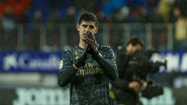 Thủ thành thảm họa phá kỷ lục của người tiền nhiệm, Real Madrid thắng đậm để bám sát gót kình địch Barcelona - Ảnh 2.