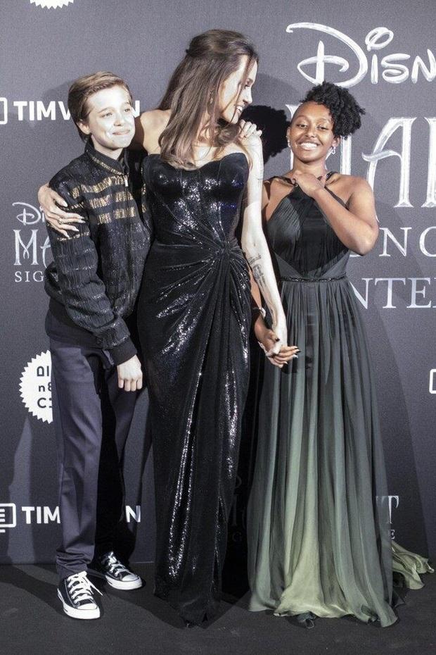 Angelina Jolie đưa con đi chơi mà như quay phim: Nổi bần bật dù lộ body gầy gò, sóng đôi bên bạn diễn siêu phẩm Marvel mới - Ảnh 8.