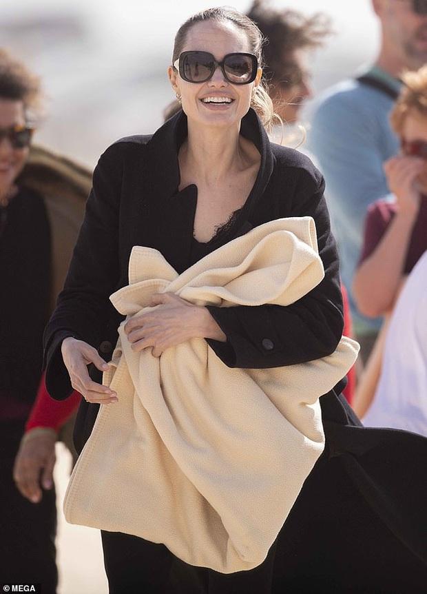 Angelina Jolie đưa con đi chơi mà như quay phim: Nổi bần bật dù lộ body gầy gò, sóng đôi bên bạn diễn siêu phẩm Marvel mới - Ảnh 4.