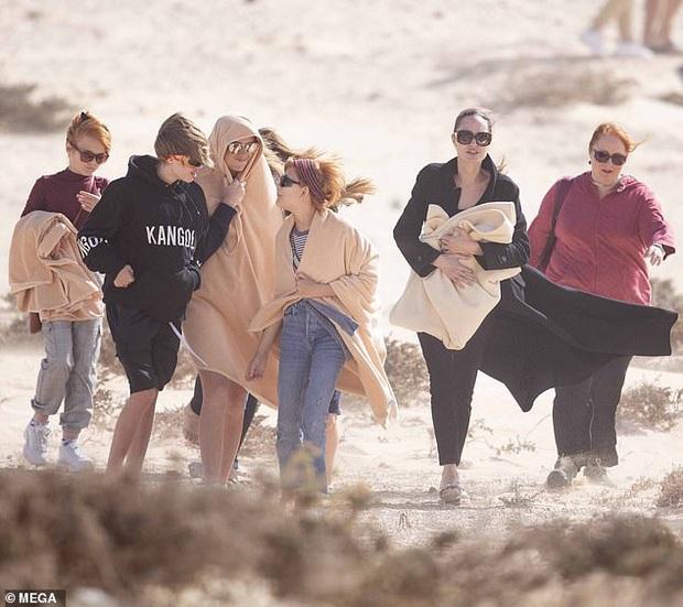 Angelina Jolie đưa con đi chơi mà như quay phim: Nổi bần bật dù lộ body gầy gò, sóng đôi bên bạn diễn siêu phẩm Marvel mới - Ảnh 2.