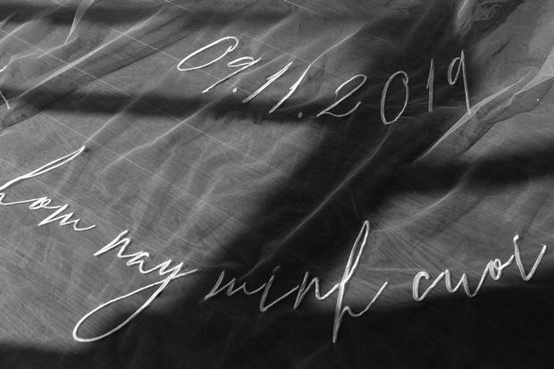 Không phải váy cưới, khăn voan trùm đầu của Đông Nhi mới là thứ đặc biệt nhất: Thêu tay tỉ mỉ 10 bảo chứng tình yêu với Ông Cao Thắng - Ảnh 4.