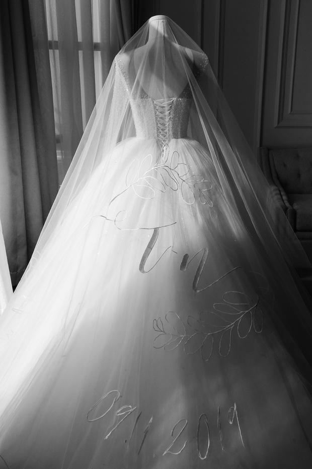 Không phải váy cưới, khăn voan trùm đầu của Đông Nhi mới là thứ đặc biệt nhất: Thêu tay tỉ mỉ 10 bảo chứng tình yêu với Ông Cao Thắng - Ảnh 3.