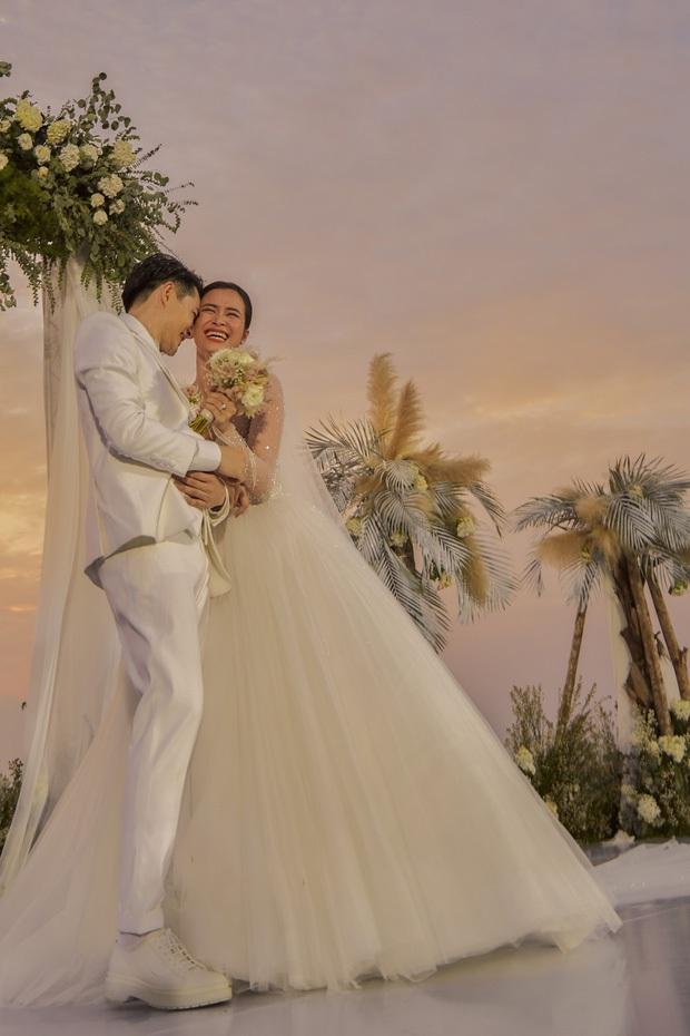 Đông Nhi - Ông Cao Thắng và các khách mời quẩy banh nóc, hát cùng nhau ca khúc Yêu Là Cưới mới toanh trong hôn lễ - Ảnh 3.