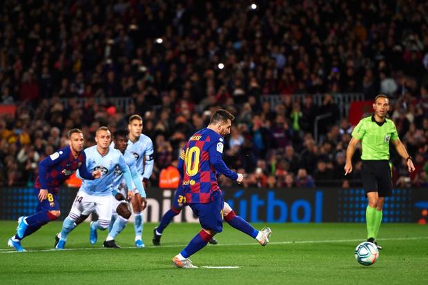 Messi lập cú đúp siêu phẩm sút phạt để cân bằng kỷ lục hat-trick với CR7 và giúp Barcelona giữ vững ngôi đầu La Liga - Ảnh 2.