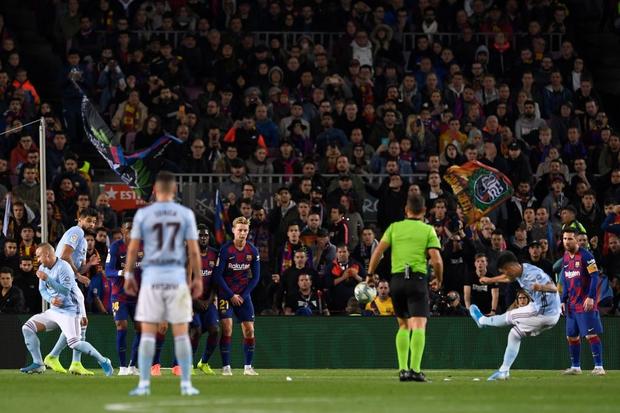 Messi lập cú đúp siêu phẩm sút phạt để cân bằng kỷ lục hat-trick với CR7 và giúp Barcelona giữ vững ngôi đầu La Liga - Ảnh 3.