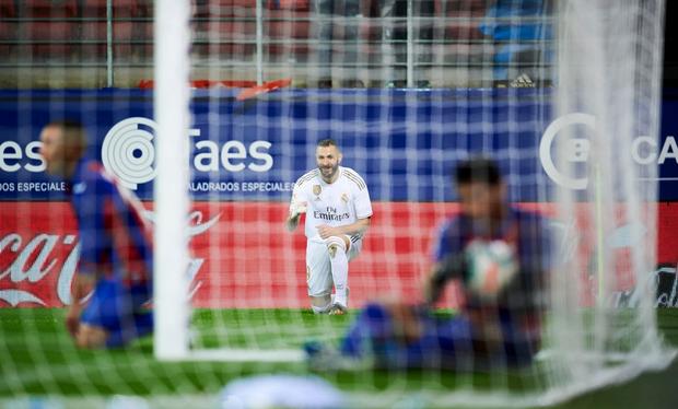 Thủ thành thảm họa phá kỷ lục của người tiền nhiệm, Real Madrid thắng đậm để bám sát gót kình địch Barcelona - Ảnh 3.