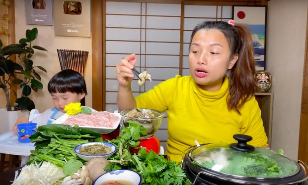 """""""Xót ruột"""" hơn nồi lẩu gà cay của Quỳnh Trần JP là thông tin bé Sa sẽ ngừng quay vlog cùng mẹ trong thời gian tới  - Ảnh 6."""
