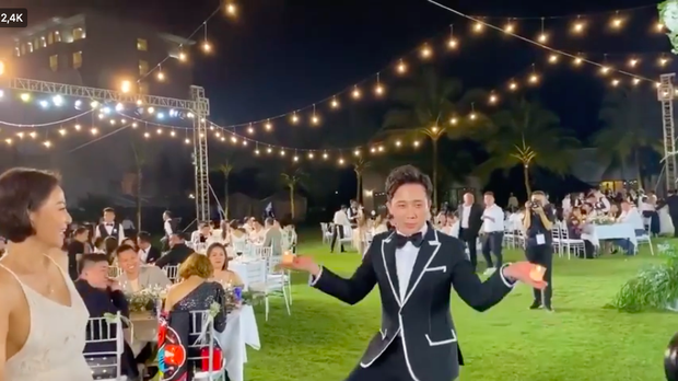 """Giữa đám đông nghệ sĩ đang vui hết cỡ thì Hari Won chính là người """"tỉnh"""" nhất: Kêu chồng vào múa góp vui, còn mình thì vẫn… ăn miệt mài! - Ảnh 4."""