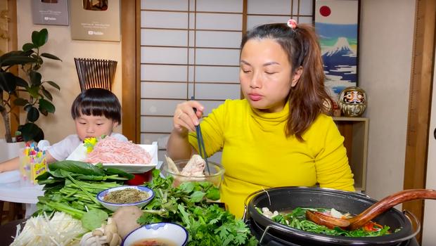 """""""Xót ruột"""" hơn nồi lẩu gà cay của Quỳnh Trần JP là thông tin bé Sa sẽ ngừng quay vlog cùng mẹ trong thời gian tới  - Ảnh 8."""