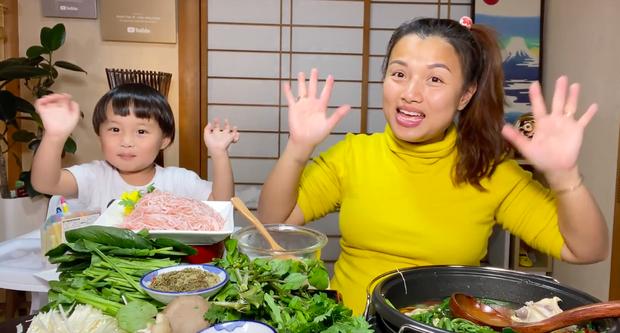 """""""Xót ruột"""" hơn nồi lẩu gà cay của Quỳnh Trần JP là thông tin bé Sa sẽ ngừng quay vlog cùng mẹ trong thời gian tới  - Ảnh 7."""