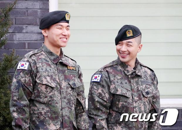 Taeyang và Daesung (BIGBANG) chính thức xuất ngũ: Béo lên trông thấy, vui mừng trước 1000 fan vây kín cả khu vực - Ảnh 7.