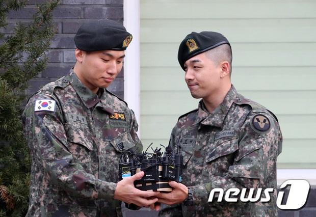 Taeyang và Daesung (BIGBANG) chính thức xuất ngũ: Béo lên trông thấy, vui mừng trước 1000 fan vây kín cả khu vực - Ảnh 6.