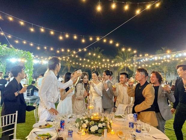 """Giữa đám đông nghệ sĩ đang vui hết cỡ thì Hari Won chính là người """"tỉnh"""" nhất: Kêu chồng vào múa góp vui, còn mình thì vẫn… ăn miệt mài! - Ảnh 1."""