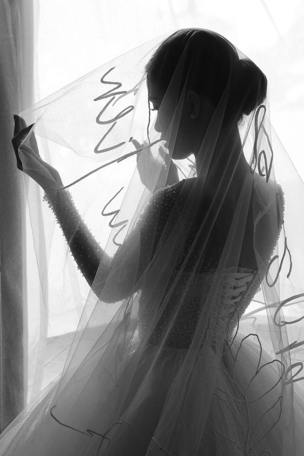 Không phải váy cưới, khăn voan trùm đầu của Đông Nhi mới là thứ đặc biệt nhất: Thêu tay tỉ mỉ 10 bảo chứng tình yêu với Ông Cao Thắng - Ảnh 5.