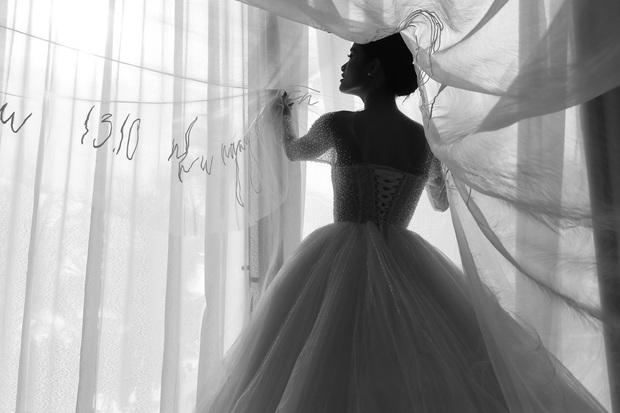 Không phải váy cưới, khăn voan trùm đầu của Đông Nhi mới là thứ đặc biệt nhất: Thêu tay tỉ mỉ 10 bảo chứng tình yêu với Ông Cao Thắng - Ảnh 7.