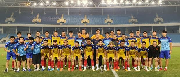 Quang Hải biểu cảm khó đỡ khi chụp ảnh cùng tuyển Việt Nam sau buổi tập bất ngờ trên sân Mỹ Đình - Ảnh 1.