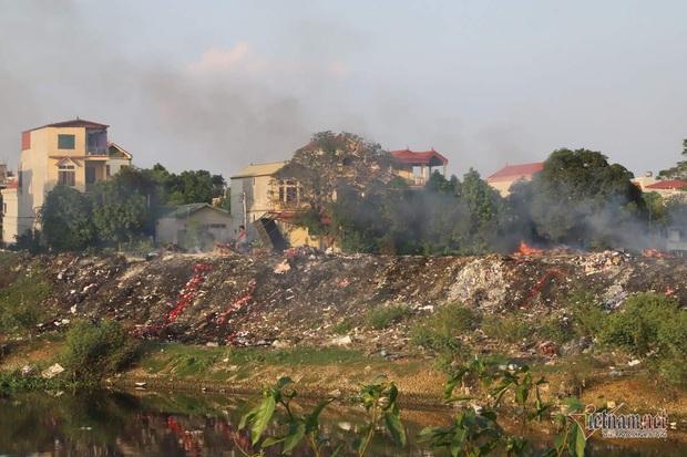 Lửa cuồn cuộn trên đống vải vụn, cả xã ở Hà Nội tự đầu độc mình - Ảnh 2.