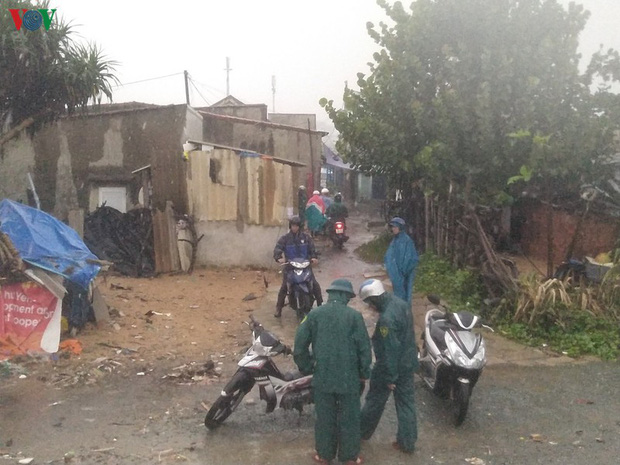 Bão số 6 gây mưa lớn, phố ngập nước, dân vất vả chạy bão - Ảnh 1.