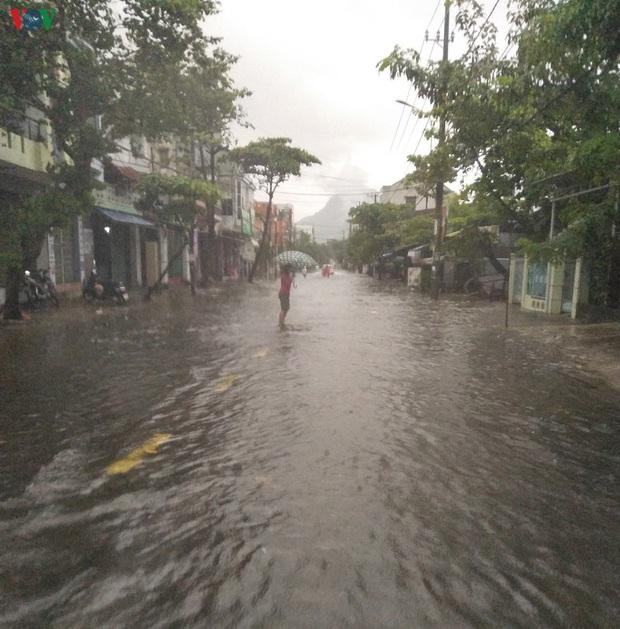 Bão số 6 gây mưa lớn, phố ngập nước, dân vất vả chạy bão - Ảnh 2.
