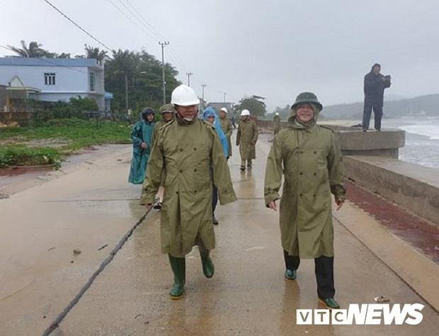 Gần 4.000 ngư dân Quảng Ngãi còn ở ngoài biển khi bão số 6 áp sát đất liền - Ảnh 2.