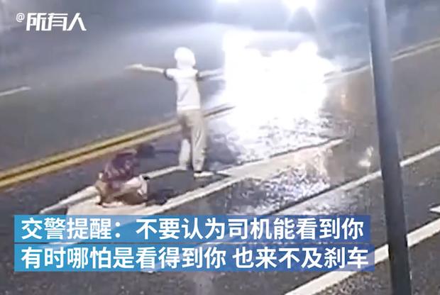 Hình ảnh cặp đôi trẻ cãi vã giữa đường rồi bị xe tông thẳng gây sốc, cư dân mạng phẫn nộ trước hành động của chàng trai - Ảnh 2.
