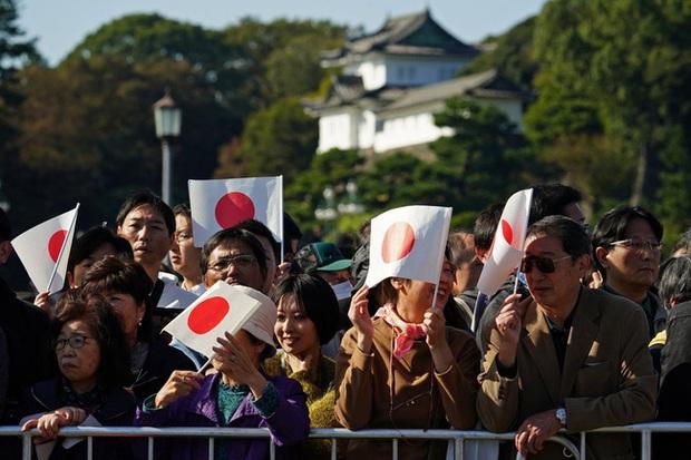 Vợ chồng Nhật hoàng Naruhito diễu hành ra mắt dân chúng, Hoàng hậu Masako gây choáng ngợp với vẻ đẹp rạng rỡ hệt như ngày đầu làm dâu hoàng gia - Ảnh 1.