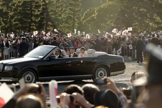 Vợ chồng Nhật hoàng Naruhito diễu hành ra mắt dân chúng, Hoàng hậu Masako gây choáng ngợp với vẻ đẹp rạng rỡ hệt như ngày đầu làm dâu hoàng gia - Ảnh 2.
