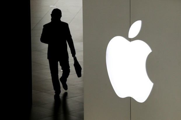 Mò mẫm ảnh nóng của khách nhờ sửa iPhone, gã nhân viên Apple biến thái nhận ngay cái kết tởn tới già - Ảnh 1.