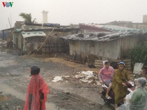 Bão số 6 gây mưa lớn, phố ngập nước, dân vất vả chạy bão - Ảnh 3.