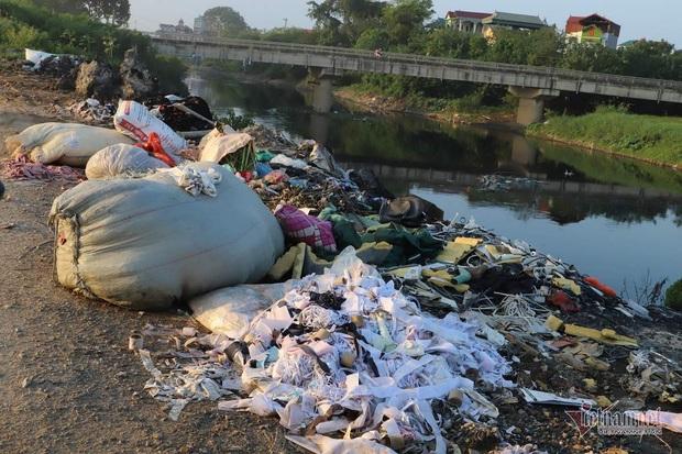Lửa cuồn cuộn trên đống vải vụn, cả xã ở Hà Nội tự đầu độc mình - Ảnh 6.