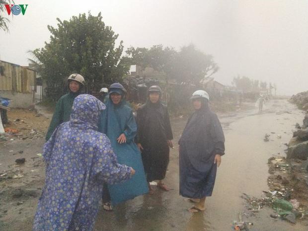 Bão số 6 gây mưa lớn, phố ngập nước, dân vất vả chạy bão - Ảnh 4.