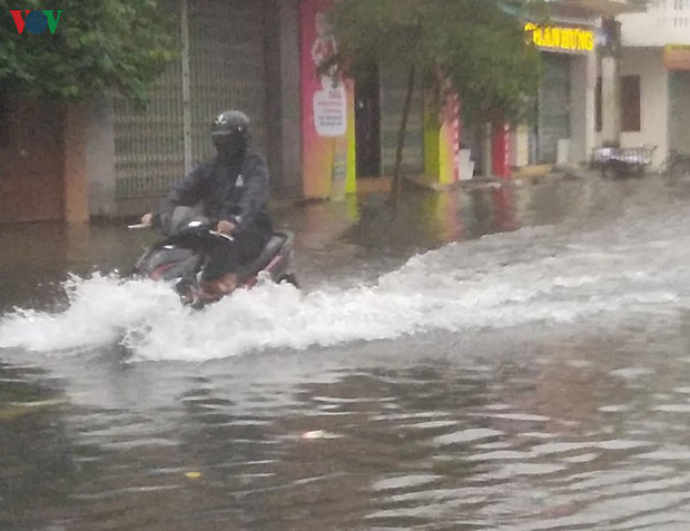 Bão số 6 gây mưa lớn, phố ngập nước, dân vất vả chạy bão - Ảnh 5.