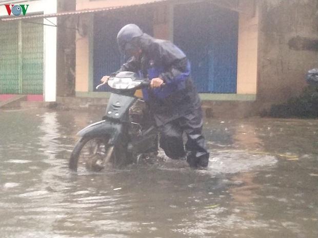 Bão số 6 gây mưa lớn, phố ngập nước, dân vất vả chạy bão - Ảnh 6.