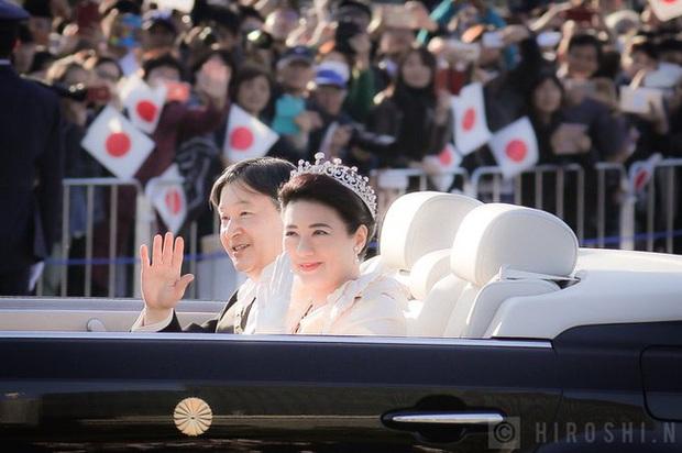 Vợ chồng Nhật hoàng Naruhito diễu hành ra mắt dân chúng, Hoàng hậu Masako gây choáng ngợp với vẻ đẹp rạng rỡ hệt như ngày đầu làm dâu hoàng gia - Ảnh 6.