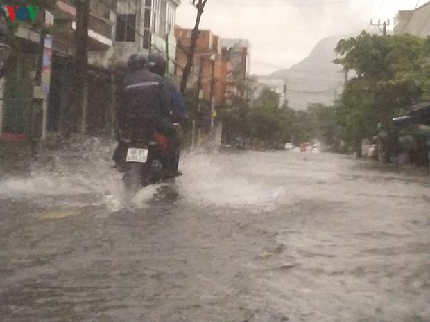 Bão số 6 gây mưa lớn, phố ngập nước, dân vất vả chạy bão - Ảnh 7.
