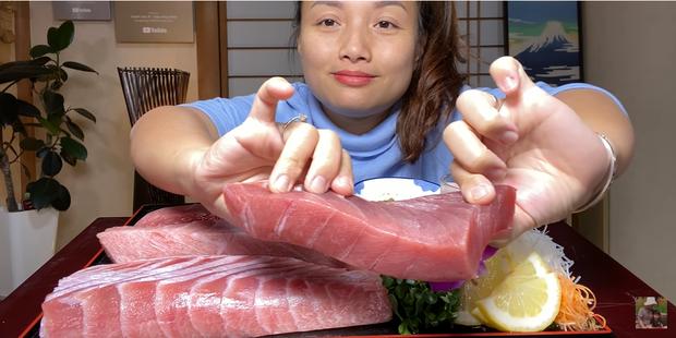 Bá đạo như Quỳnh Trần JP: Ăn cả tảng cá ngừ vây xanh khiến dân tình vừa nuốt nước miếng vừa bái phục - Ảnh 1.