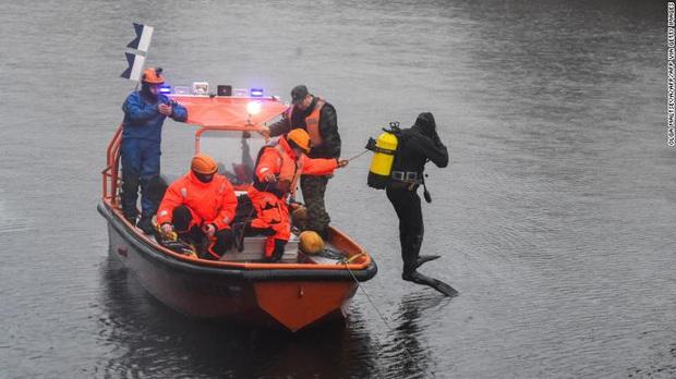 Đang tìm kiếm thi thể nữ sinh bị giáo sư giết hại, thợ lặn bỗng phát hiện thêm 1 bộ xương người dưới đáy sông - Ảnh 2.