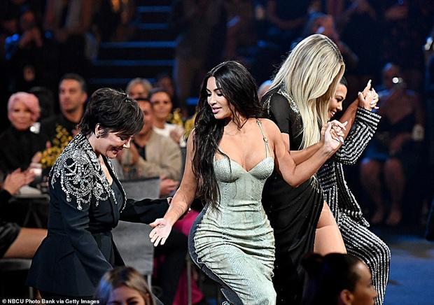 Siêu vòng 3 Kim Kardashian lột xác tại thảm đỏ PCAs sau khi giảm 8kg, body đỉnh cao và không còn quá xôi thịt - Ảnh 8.