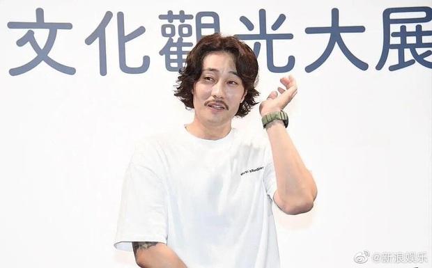 So Ji Sub gây choáng toàn tập với hình ảnh mới, thanh xuân của bao thiếu nữ giờ tuột dốc hình ảnh đến như này sao? - Ảnh 1.